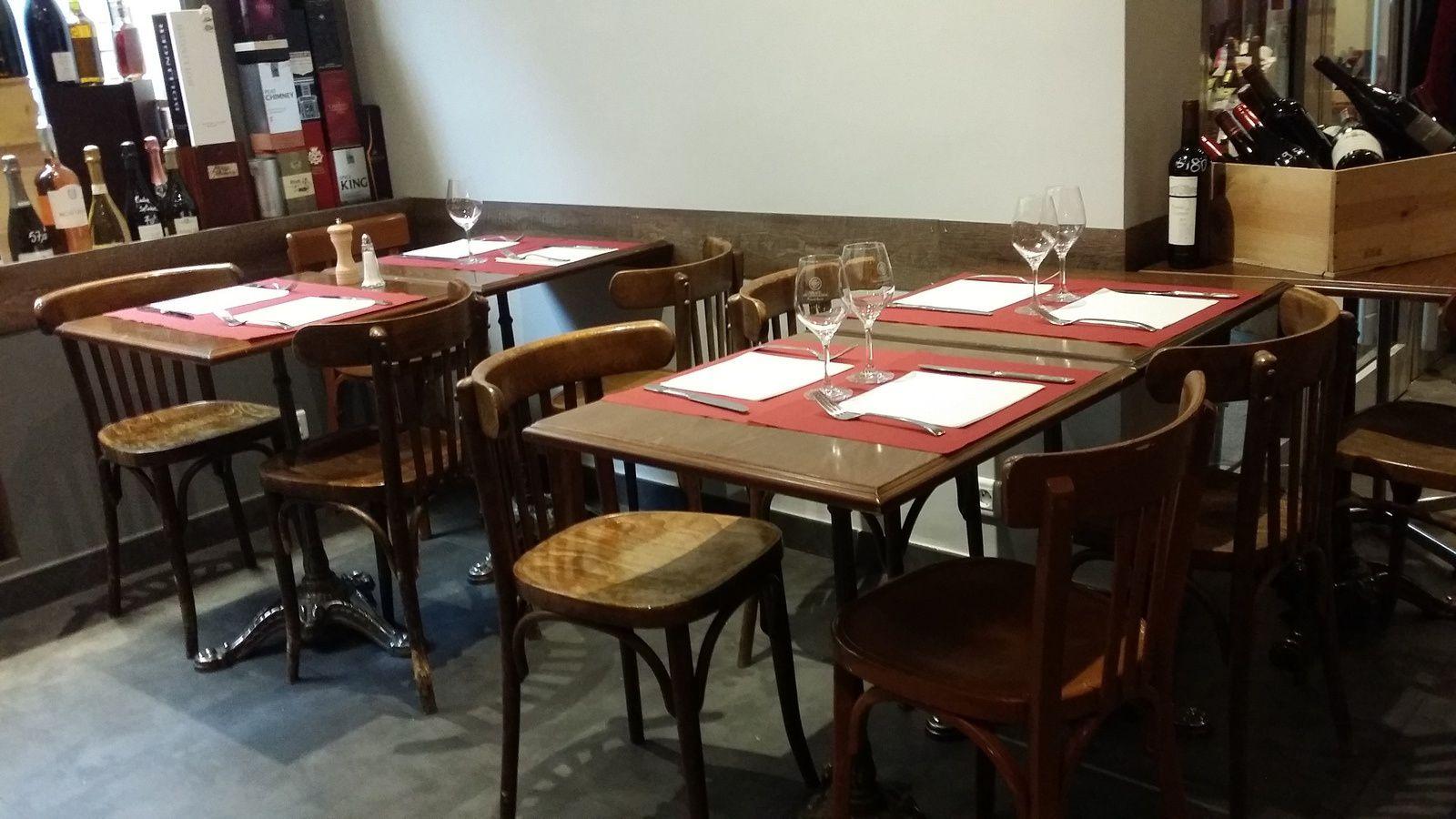Des tables, des chaises, de beaux verres, tout y est, sobrement, mais diablement efficace.