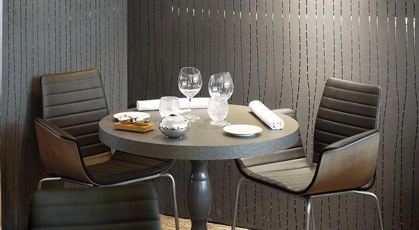 Une table pour 2 personnes, des verres à eau ne demandant qu'à se retrouver remplis d'une bonne eau minérale. (photo ©Slate)