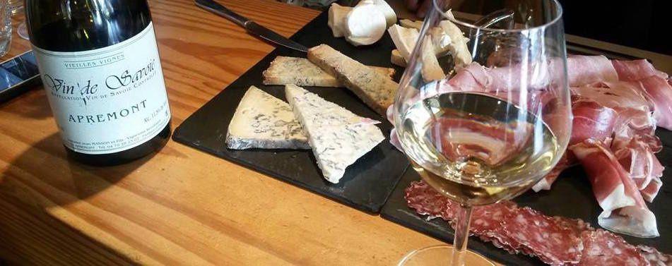 Le vin blanc offre un étonnant compagnon à la charcuterie locale mais également aux fromages...