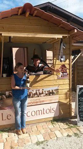 Voilà un couple de jurassiens qui joue le pari de proposer de beaux produits de leur région. Fromages, charcuteries et vins. Osé !