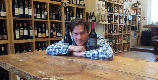 Un véritable caviste de proximité sélectionne les vins des vignerons qui parviennent à le 'toucher' par leur travail toujours plus pointilleux dans les vignes. On parle alors de vignerons 'jardiniers' de la vigne...