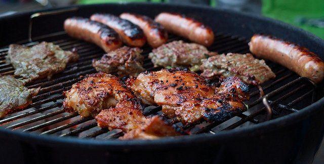 Le barbecue, l'indispensable des jardins une fois arrivé les premiers rayons de soleil...