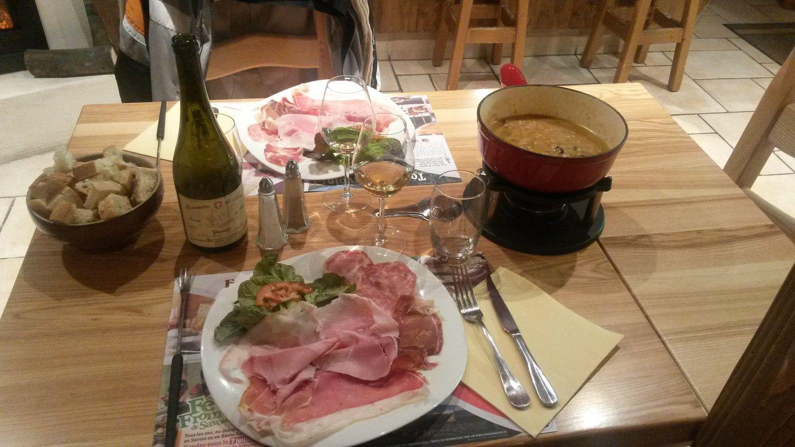 En Savoie, entre les fondues, la raclette, la tartiflette, les fromages et les charcuteries, on y trouve aussi d'étincelants vins chez certains vignerons