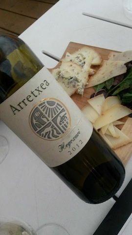 Un vin étincelant d'Irouleguy Hegoxuri facturé 45€ sur table, verres appropriés, service attentif, prix intelligent, je dis 'bien joué' - Hôtel de la Plage.