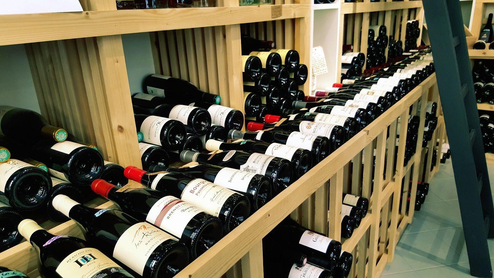 Des bouteilles issues de millésimes mûrs sont en sommeil dans les caves et consultables sur la carte des vins