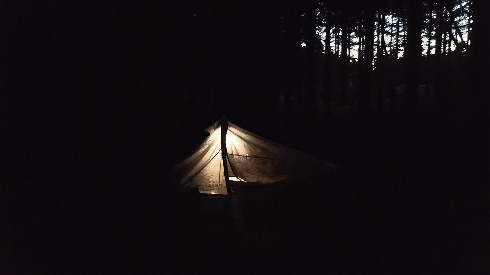 Dormir seul en pleine forêt est une expérience hors du commun. Ma tente de bivouac est parfaite. Prochain objectif, m'ouvrir davantage encore avec la nature via un hamac adapté.