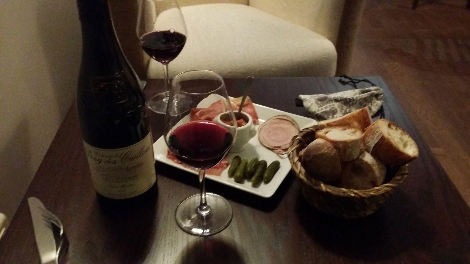 Petite planche de charcuteries à 8,50€, accompagnée d'un délicieux Vacqueyras du Sang des Cailloux, le tout pour à peine 30€...